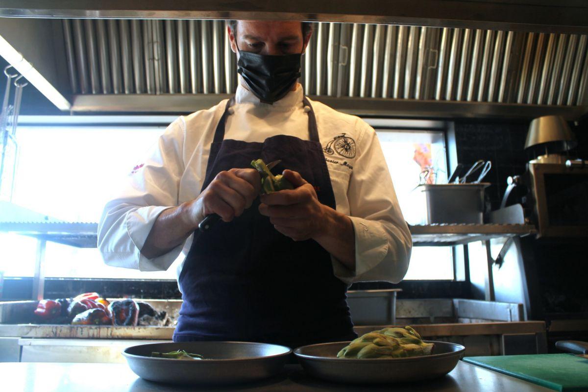 El cocinero Javier Mayor preparando las alcachofas en Villa Verbena.