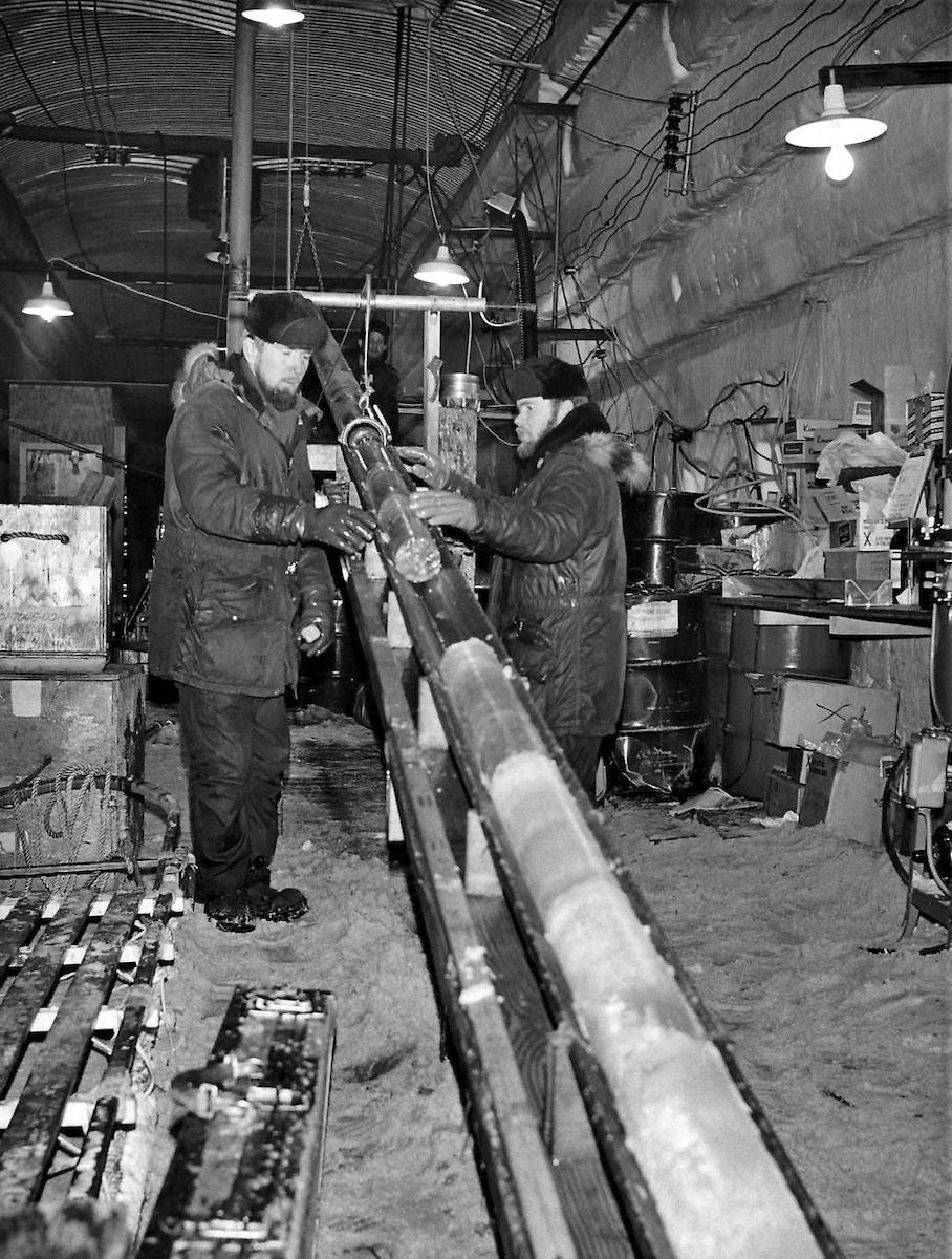 Ingenieros recogen las muestras de hielo de Groenlandia en Camp Century en 1966.