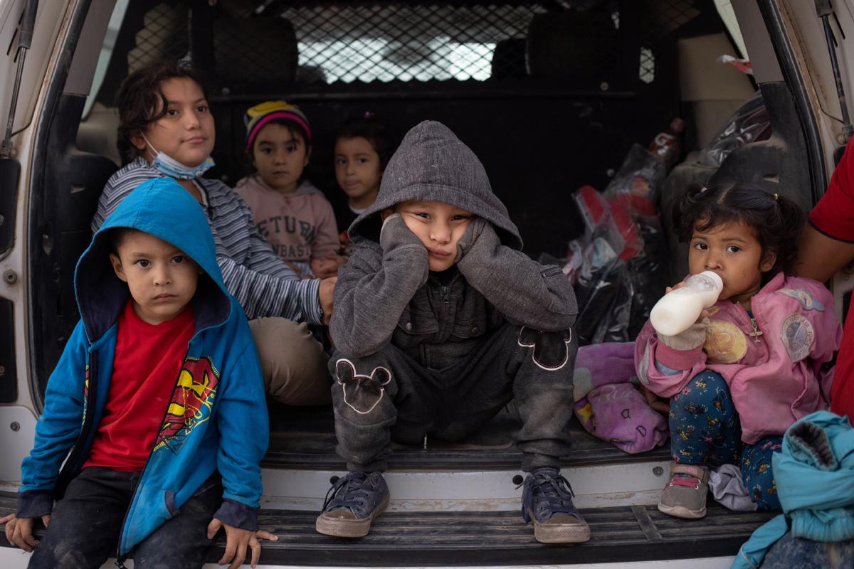 Niños migrantes en un vehículo de la Patrulla Fronteriza de EEUU.