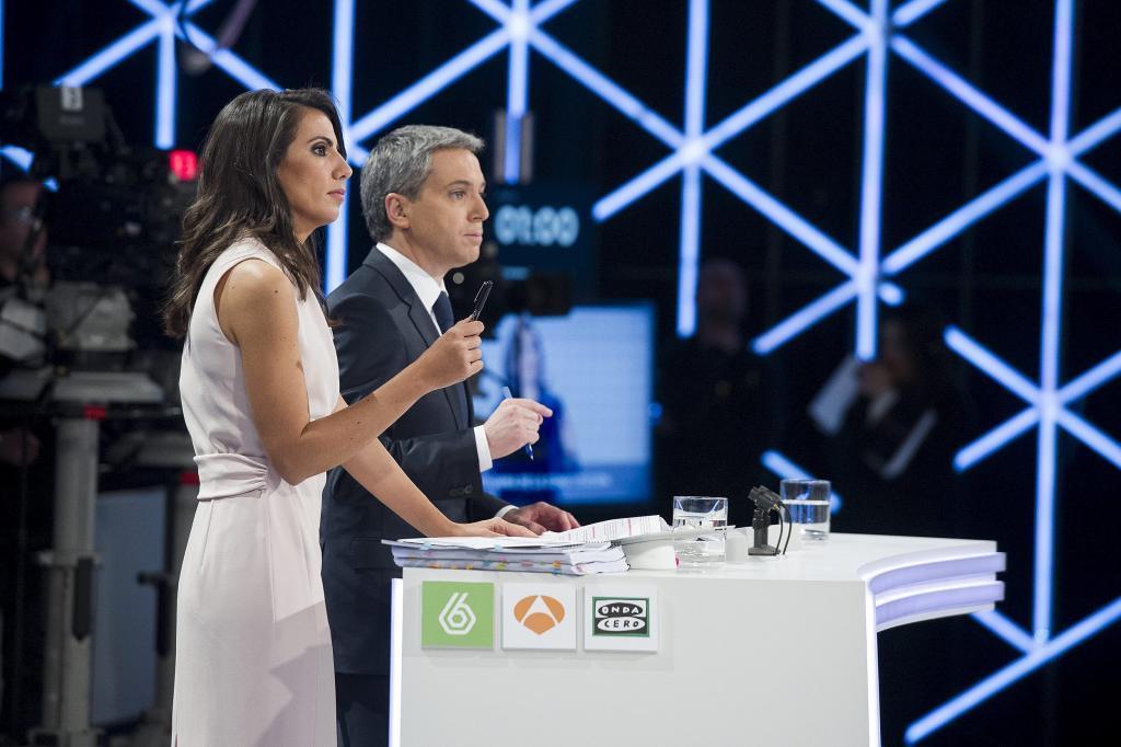 Ana Pastor y Vicente Vallés, durante el debate a las elecciones generales en 2015