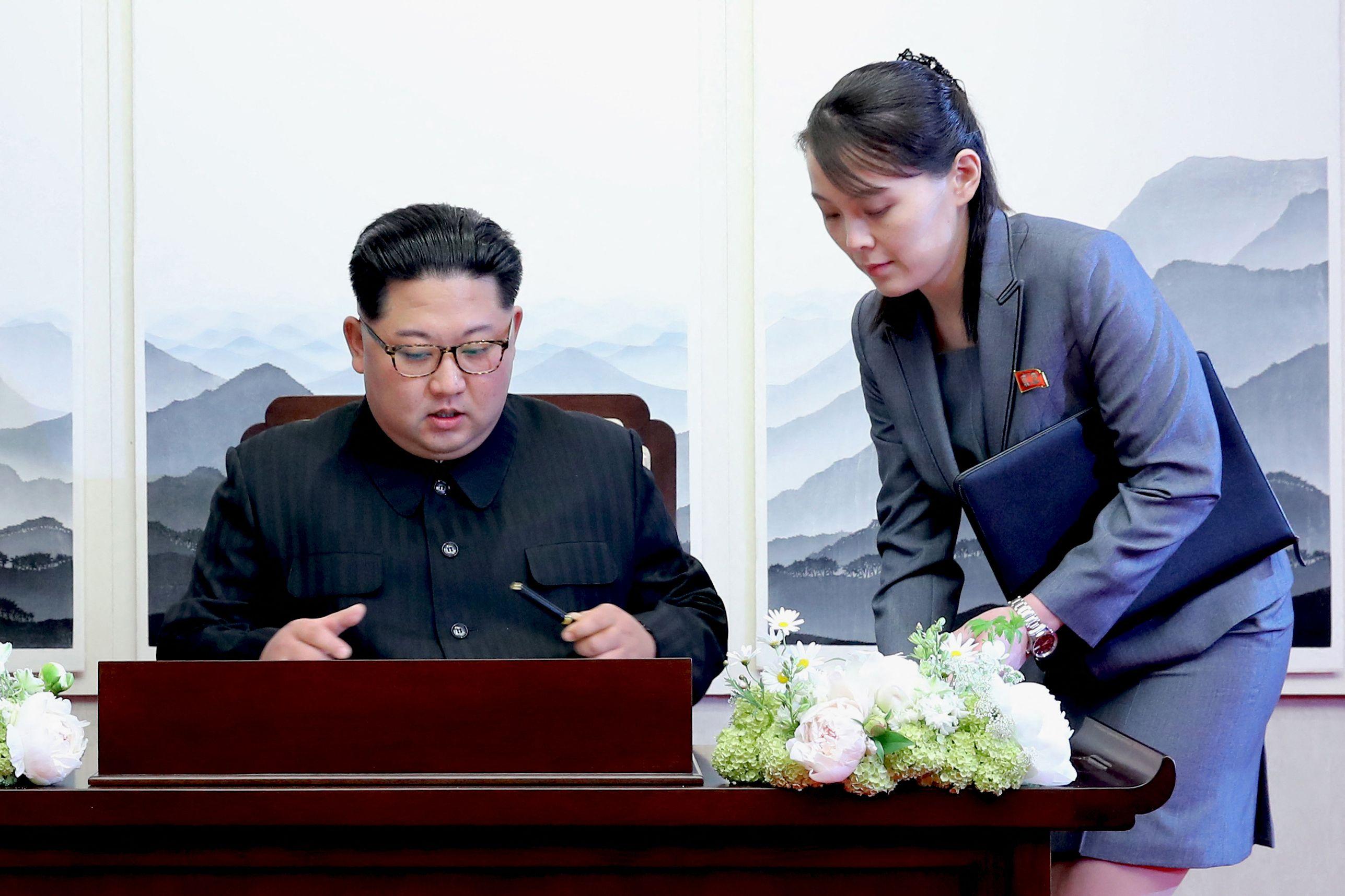 El líder norcoreano Kim Jong-un, junto a su hermana Kim Yo-jong.