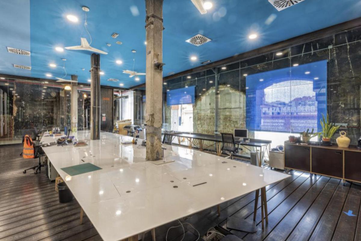 Una de las mesas de trabajo de Medialab en su nueva ubicación.