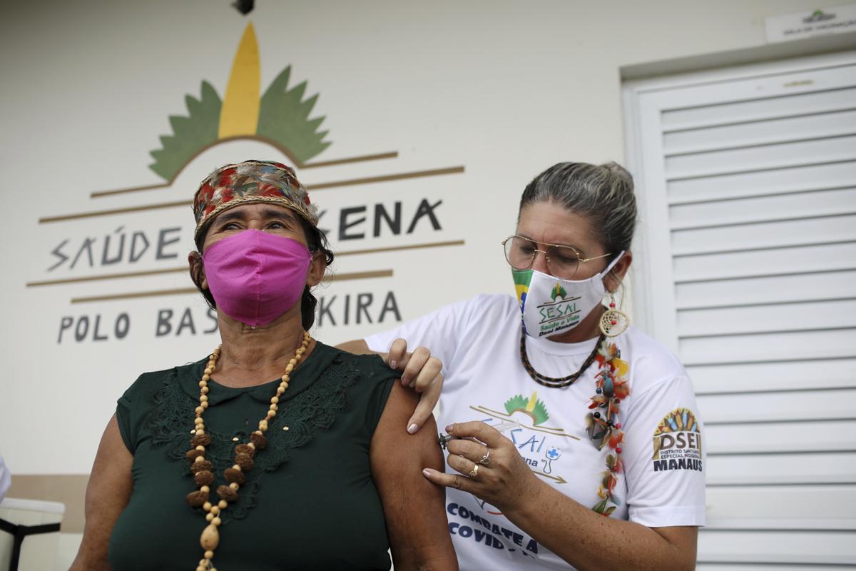 Un indígena recibe la vacuna, en el estado de Amazonas (Brasil).
