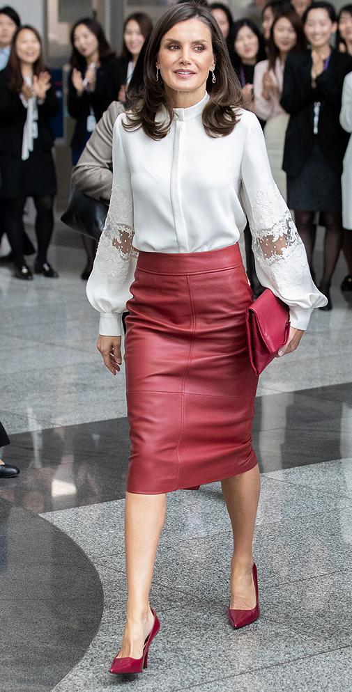 Doña Letizia con falda de cuero rojo en su visita a Corea del Sur.