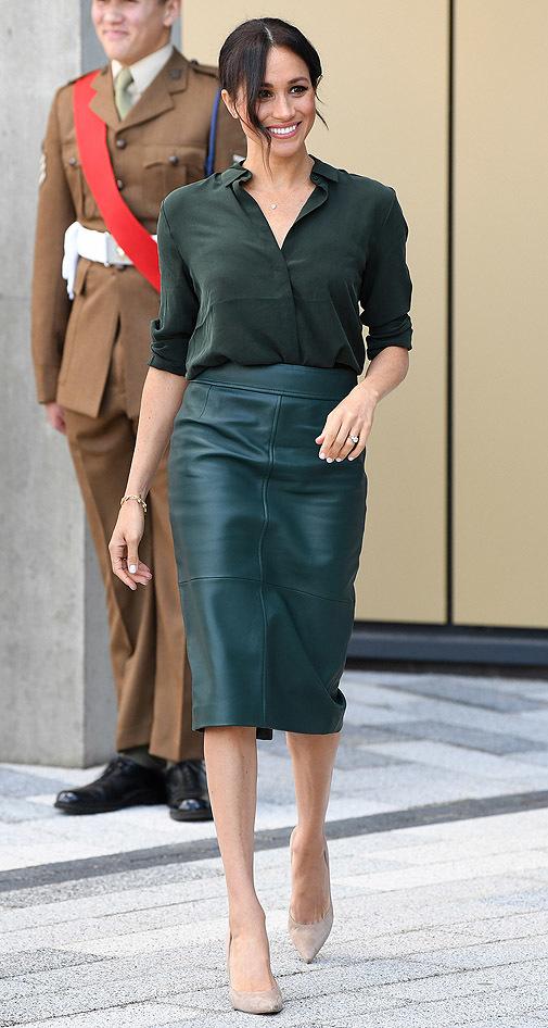 Esta vez la duquesa de Sussex llevó falda de cuero verde y camisa al tono.