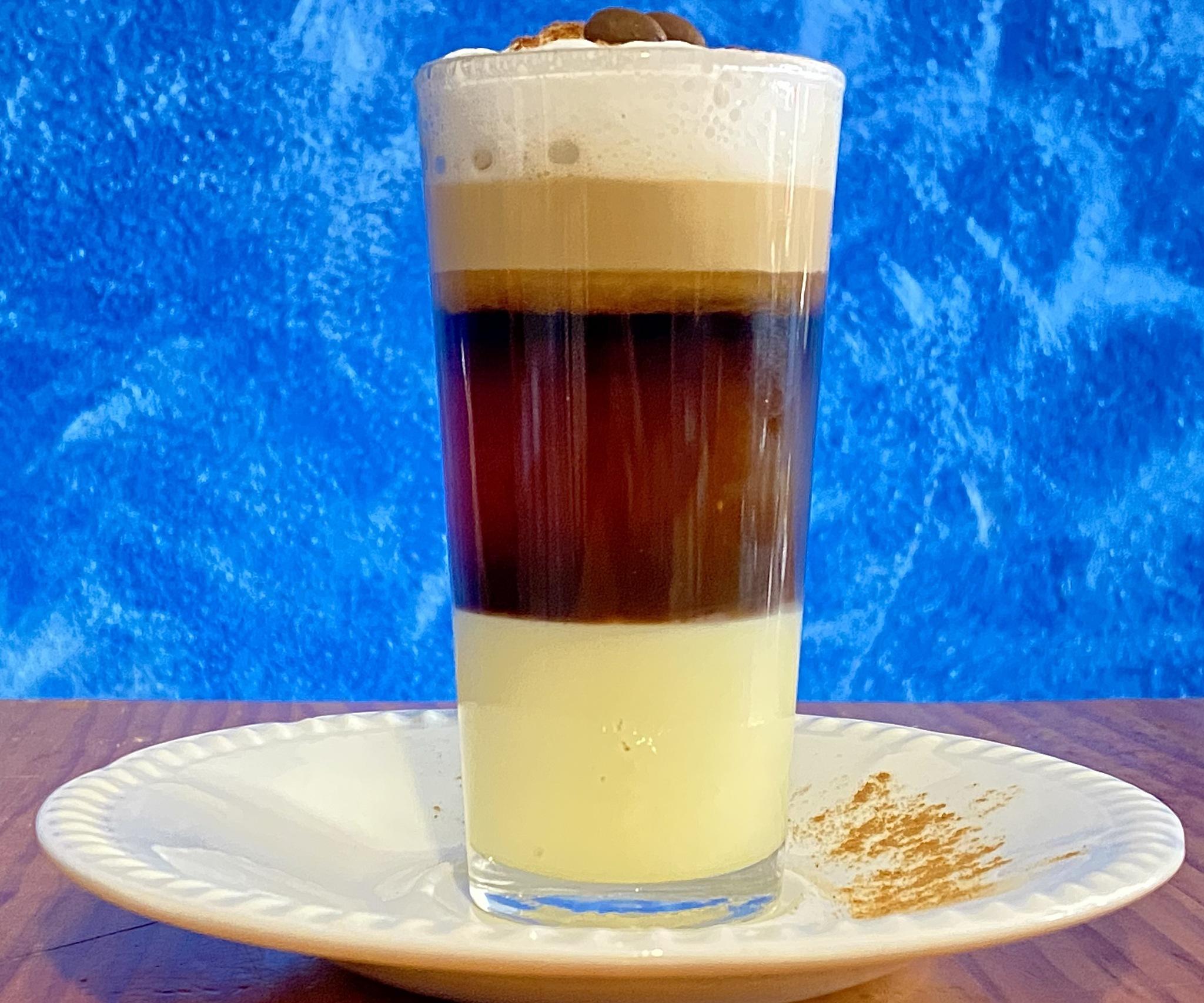 Barraquito, un café expreso con leche condensada, crema de leche y licor 43.
