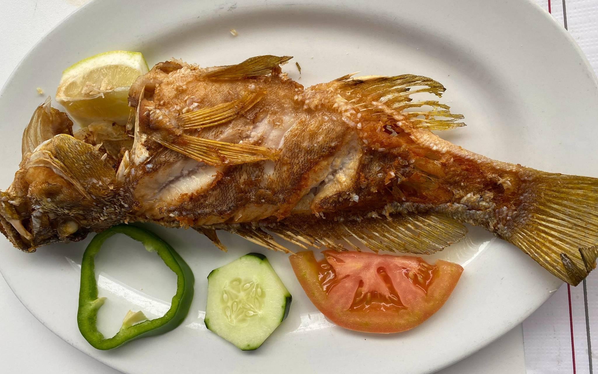 El pescado local reina en la carta de los restaurantes.