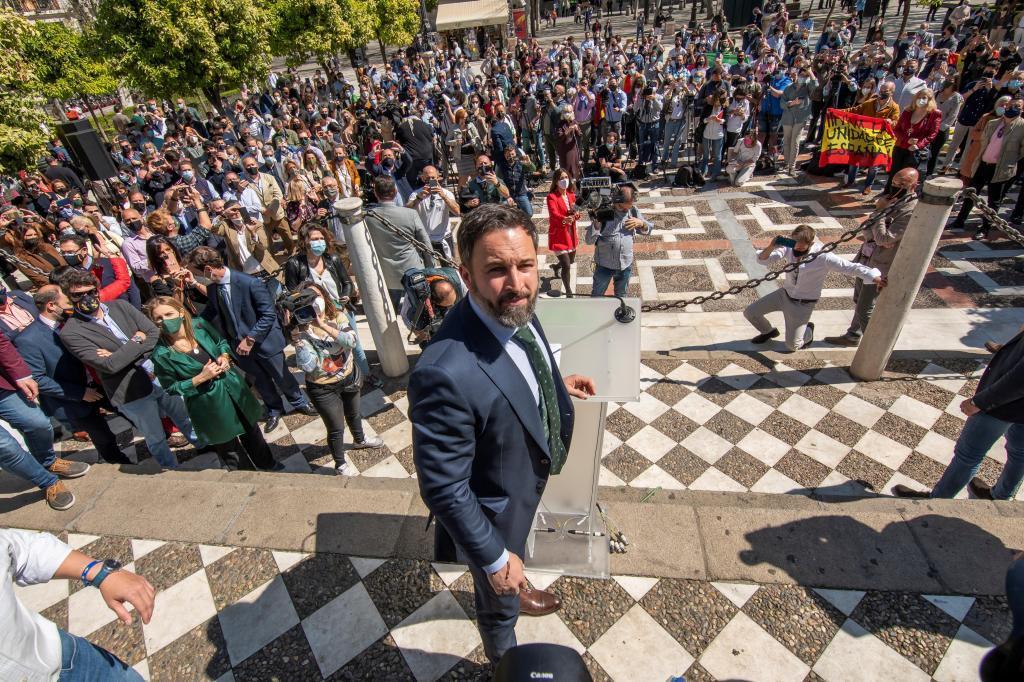 El presidente de Vox, Santiago Abascal, en Sevilla el pasado marzo en una rueda de prensa en plena calle.