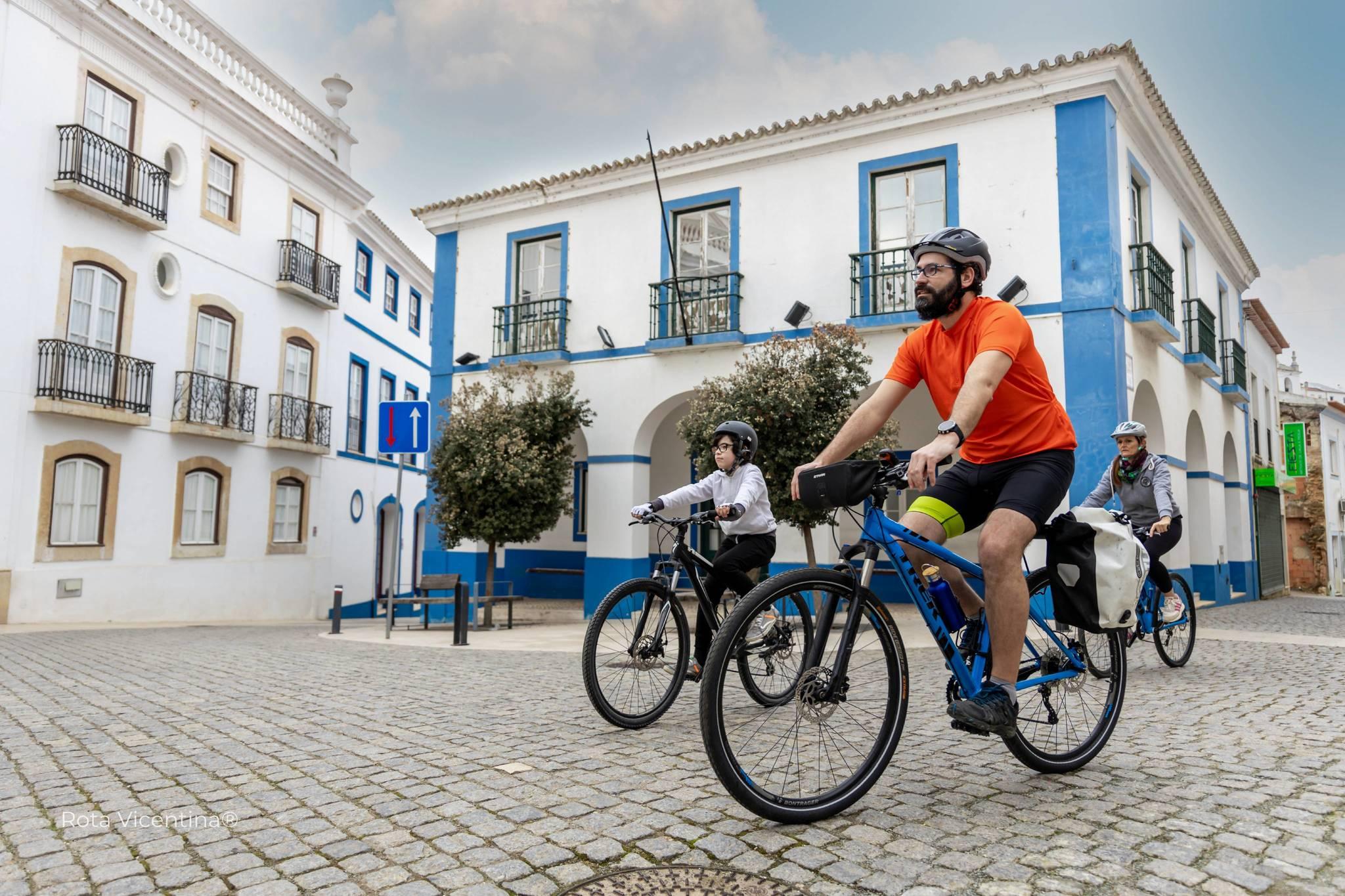 Los circuitos de cicloturismo atraviesan pueblos, montañas y valles.