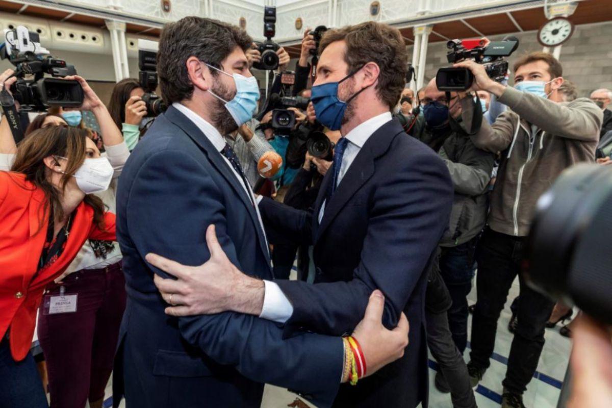 Fernando López Miras se abraza con Pablo Casado tras el resultado de la votación.