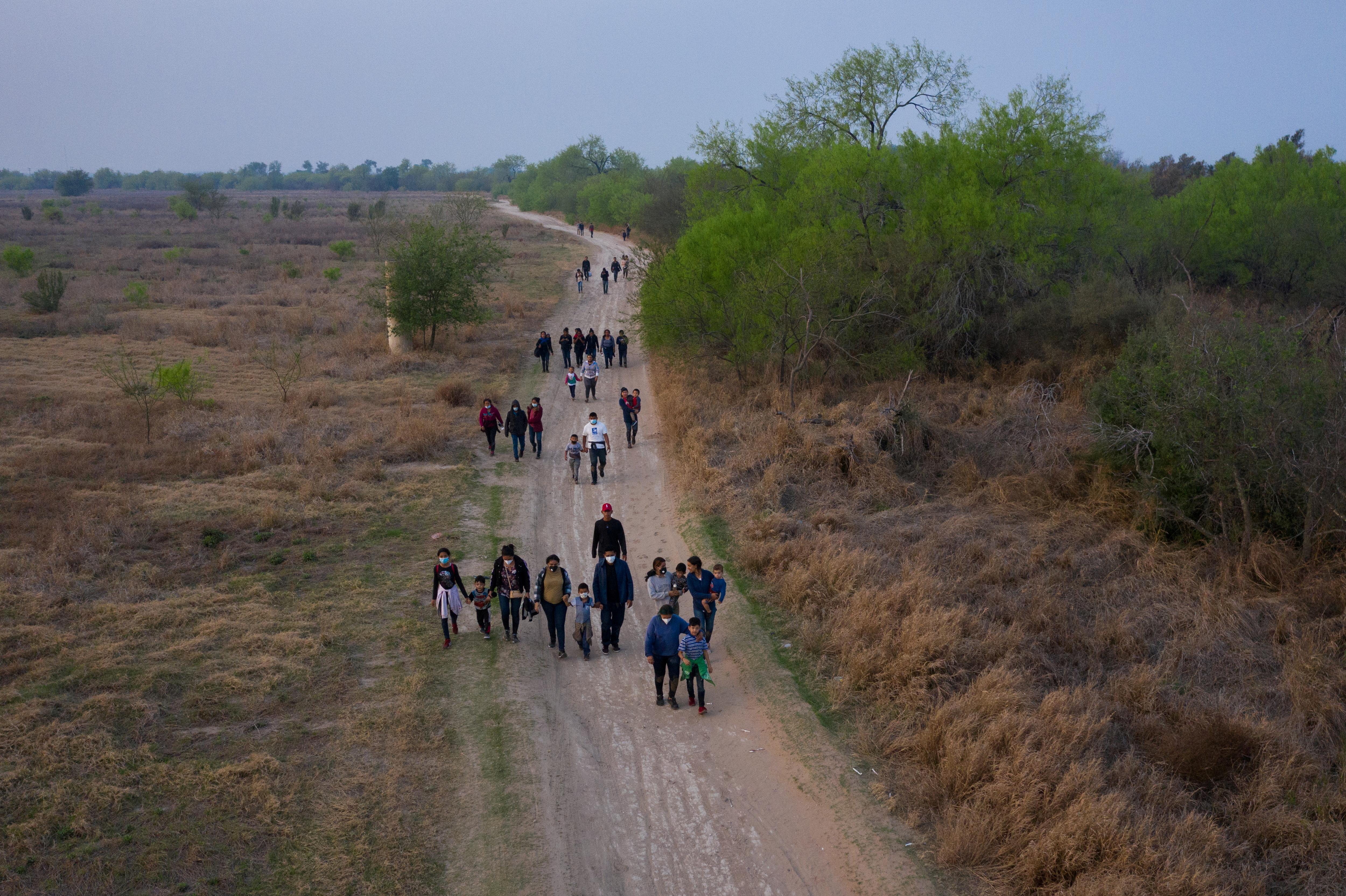 Migrantes centroamericanos entrando en EEUU, en Peñitas (Texas).