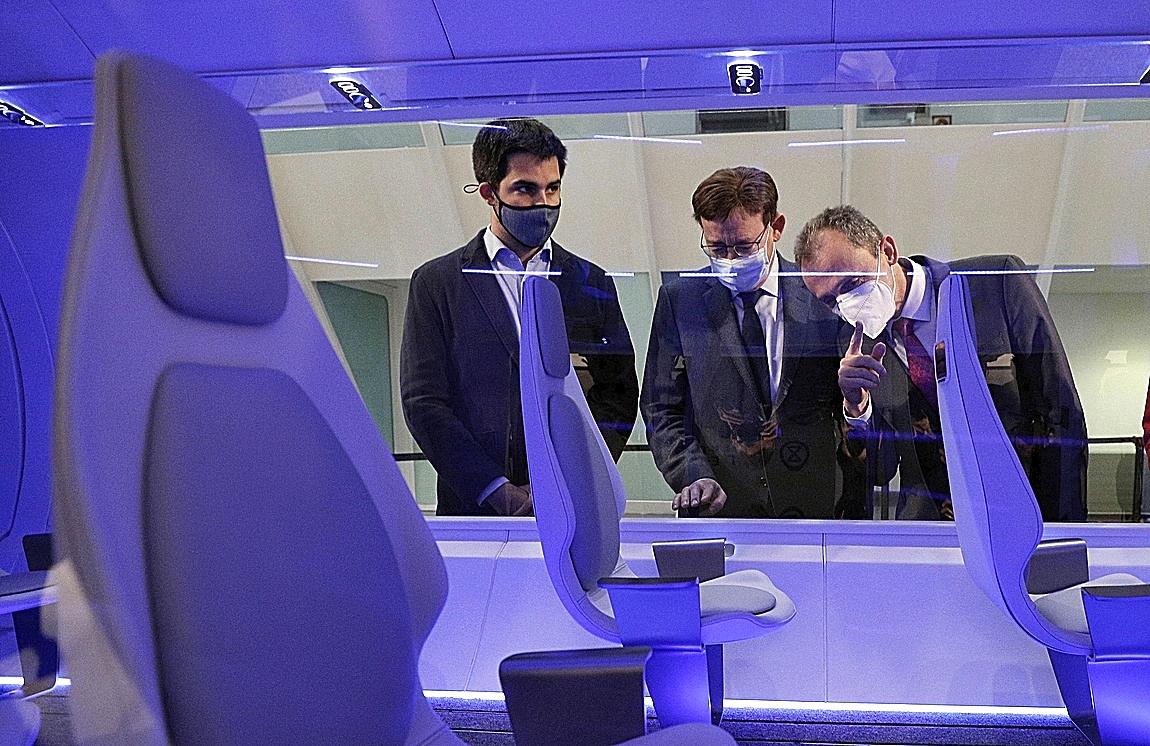 El ministro Pedro Duque (d) y el presidente valenciano, Ximo Puig, en la presentación del Hyperloop.