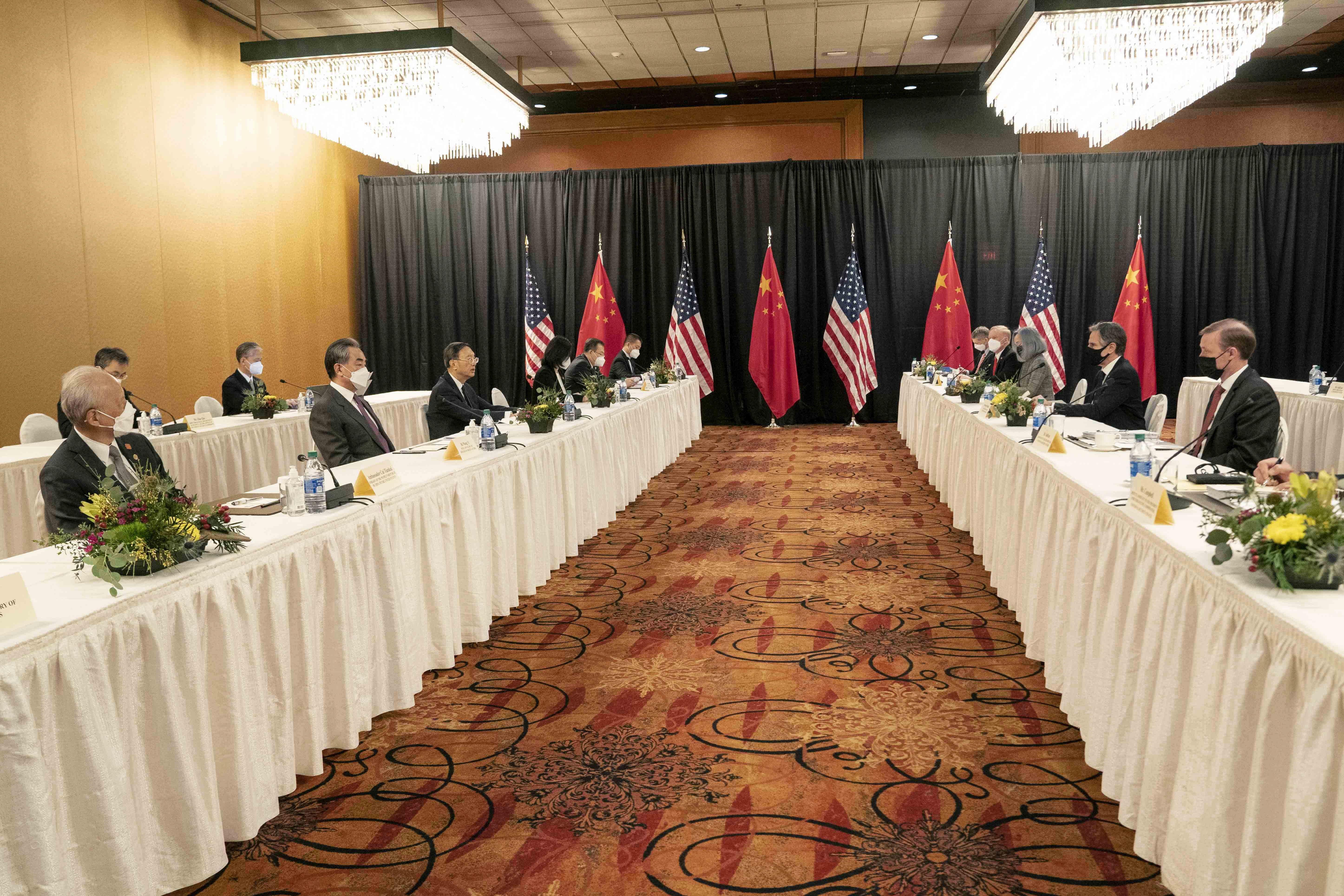 Los altos funcionarios de EEUU y China, en Anchorage (Alaska).