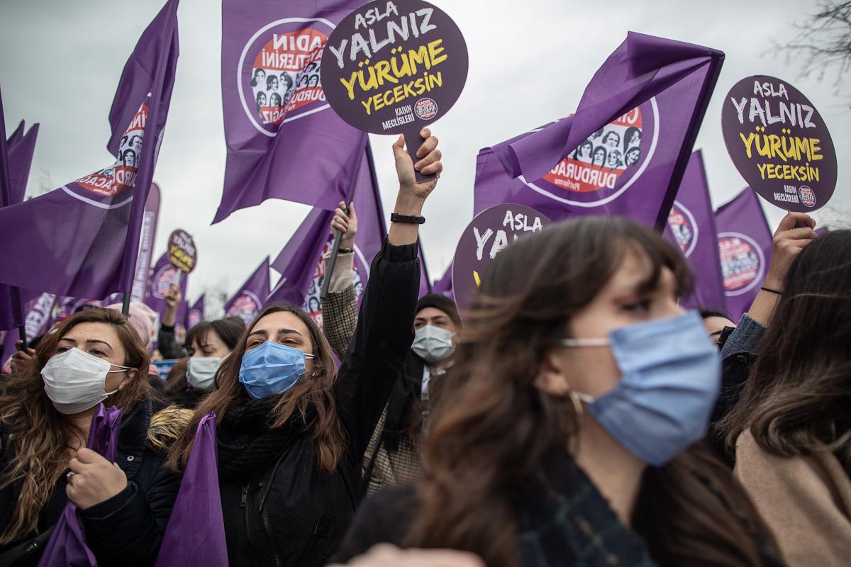 Cientos de mujeres protestan contra la decisión de Erdogan en Estambul.
