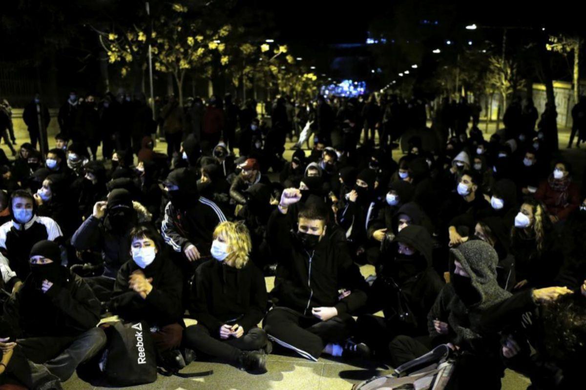 Sentada de los asistentes a la manifestación que esperaban a ser identificados por la Policía para salir de la Cuesta de Moyano esquina con Alfonso XII