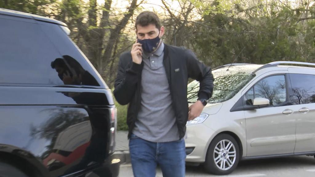 Iker Casillas paseando por Madrid.