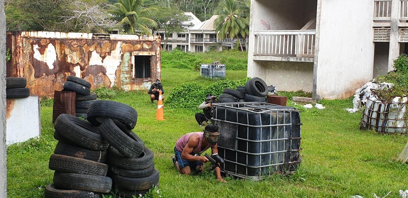 Batallas de paintball en el recinto abandonado del resort.
