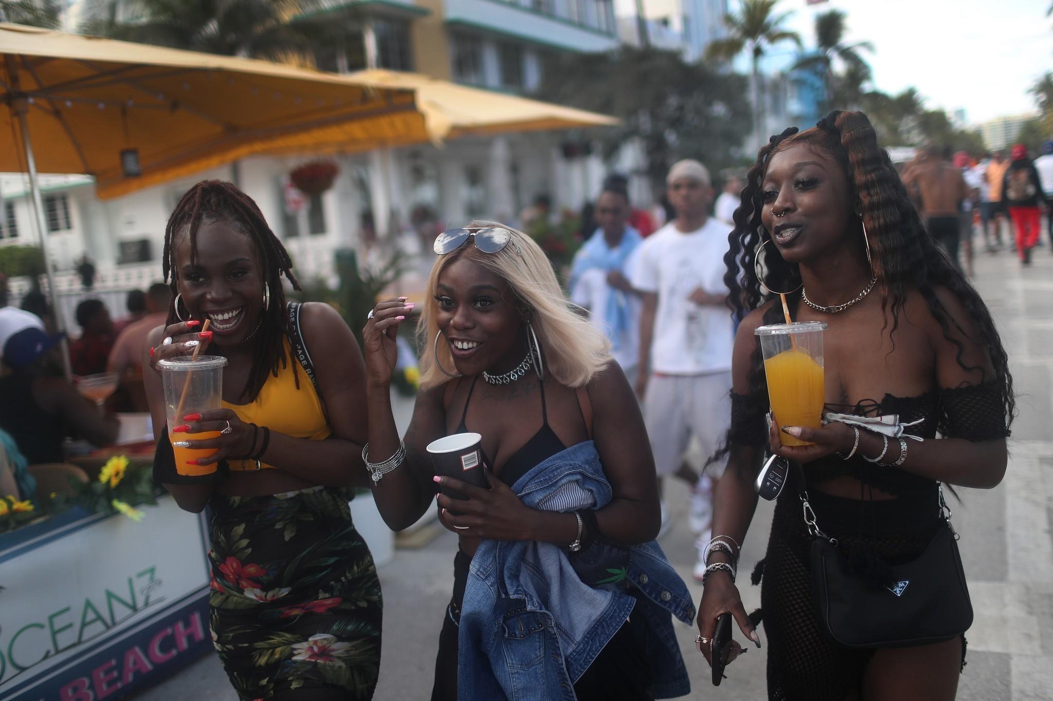 Ambiente festivo este fin de semana en Ocean Drive, Miami.