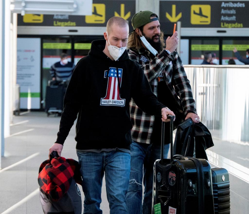 Dos viajeros, a su llegada al aeropuerto de Palma de Mallorca