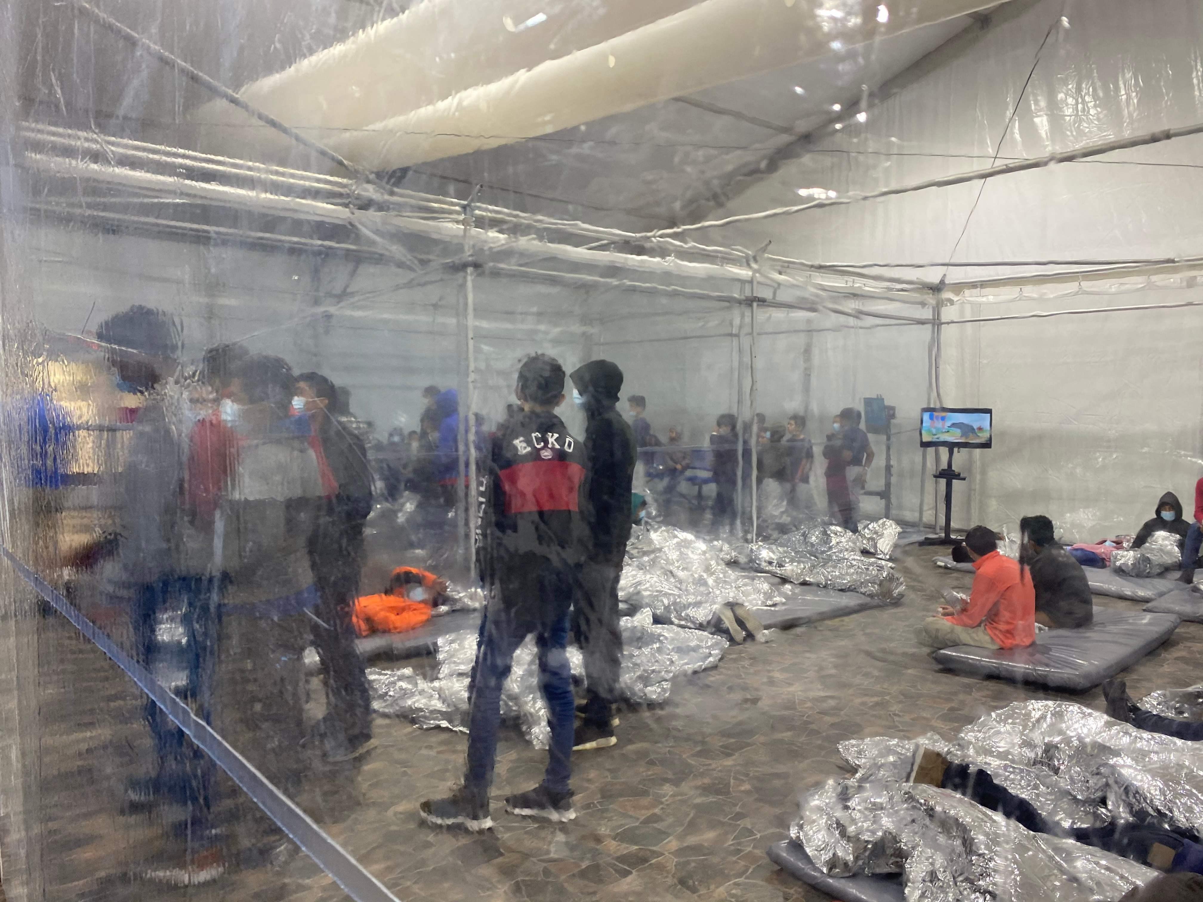 Interiore del centro de migrantes en Donna, Texas.