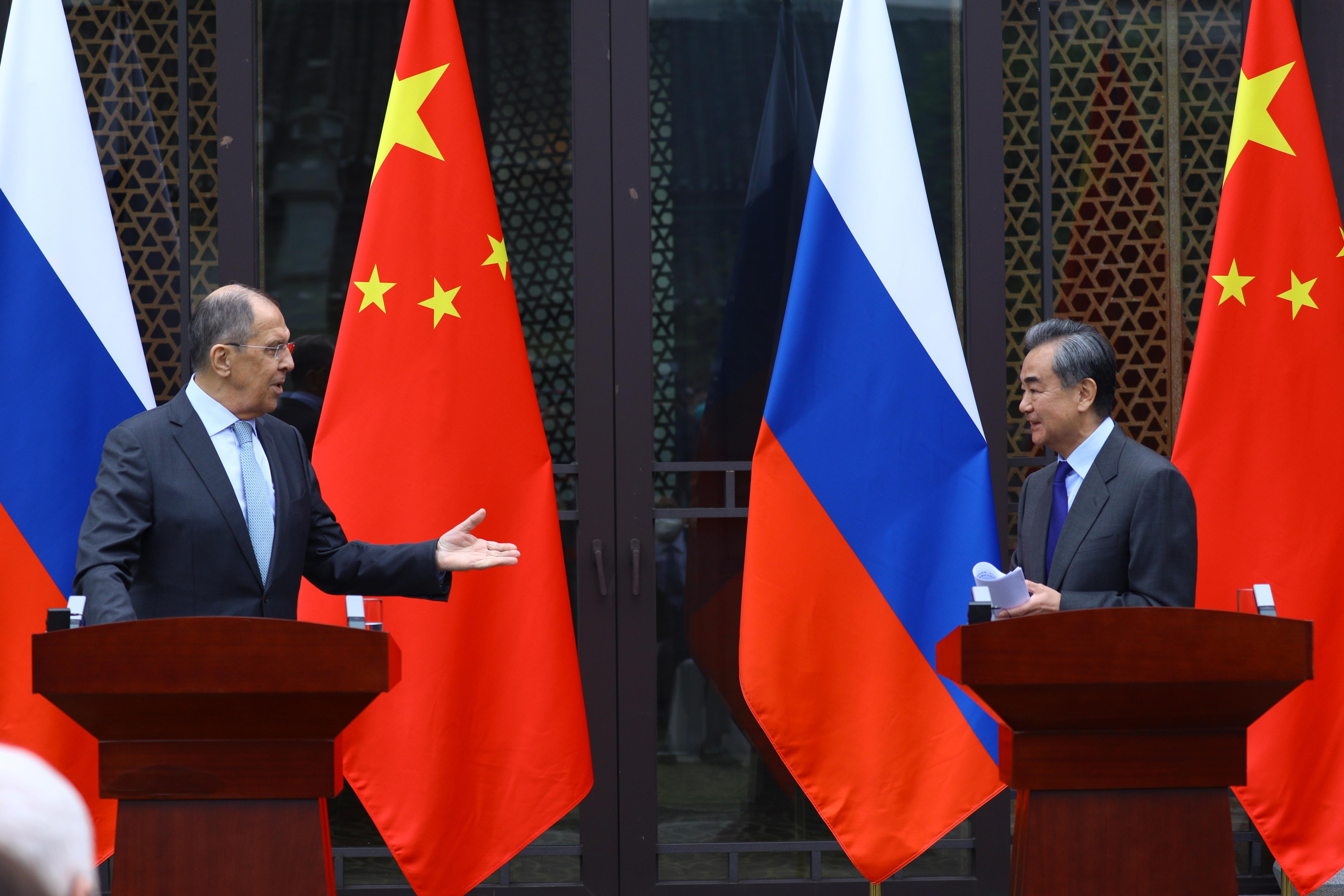Sergei Lavrov con su homólogo chino Wang Yi en Guilin, China