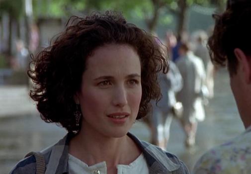 Andie MacDowell, con pelo corto y rizado, en 'Cuatro bodas y un funeral' (1994).