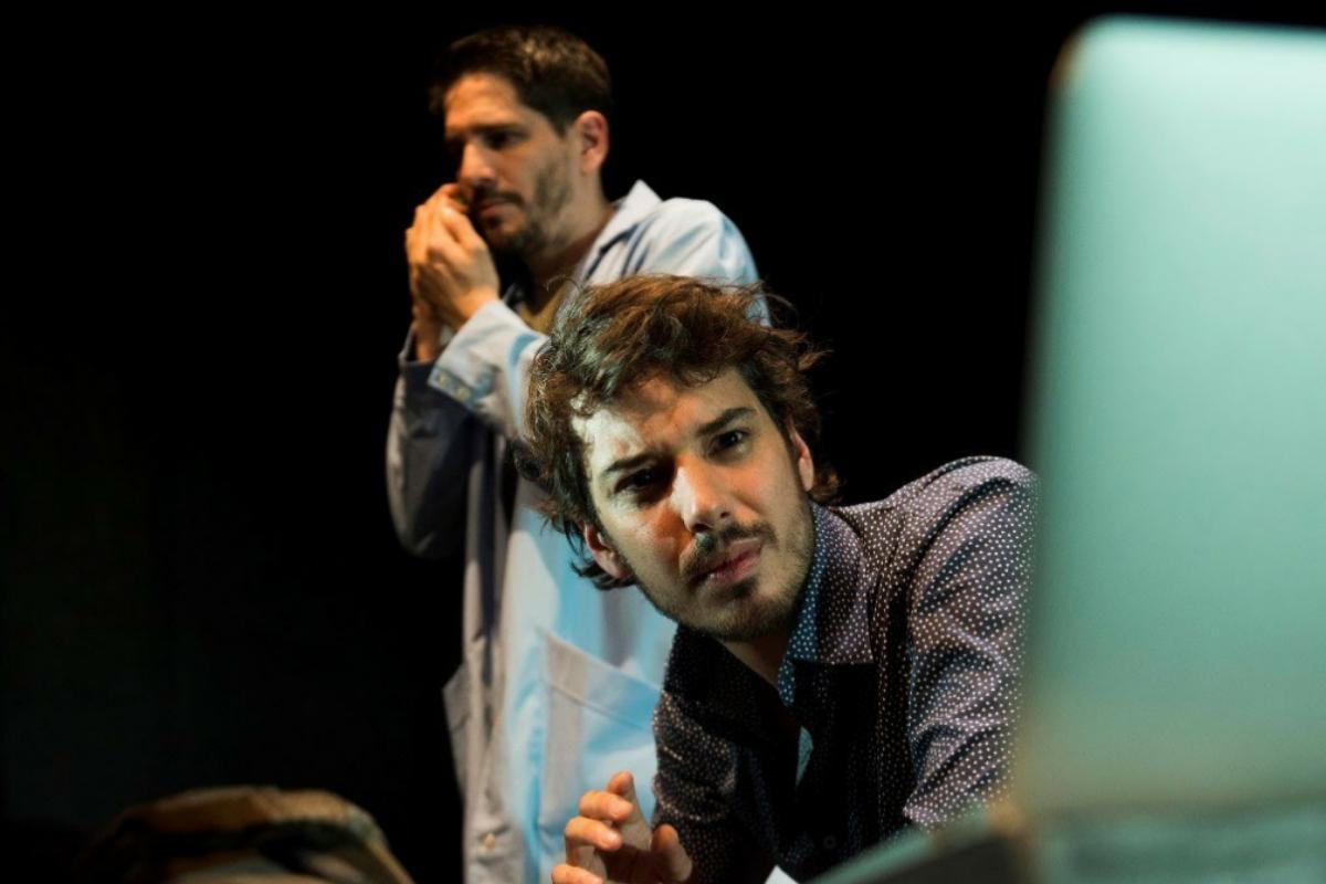 Pablo (Lautaro Perotti) y Elián (Santi Marín) aman y sufren desde la distancia.