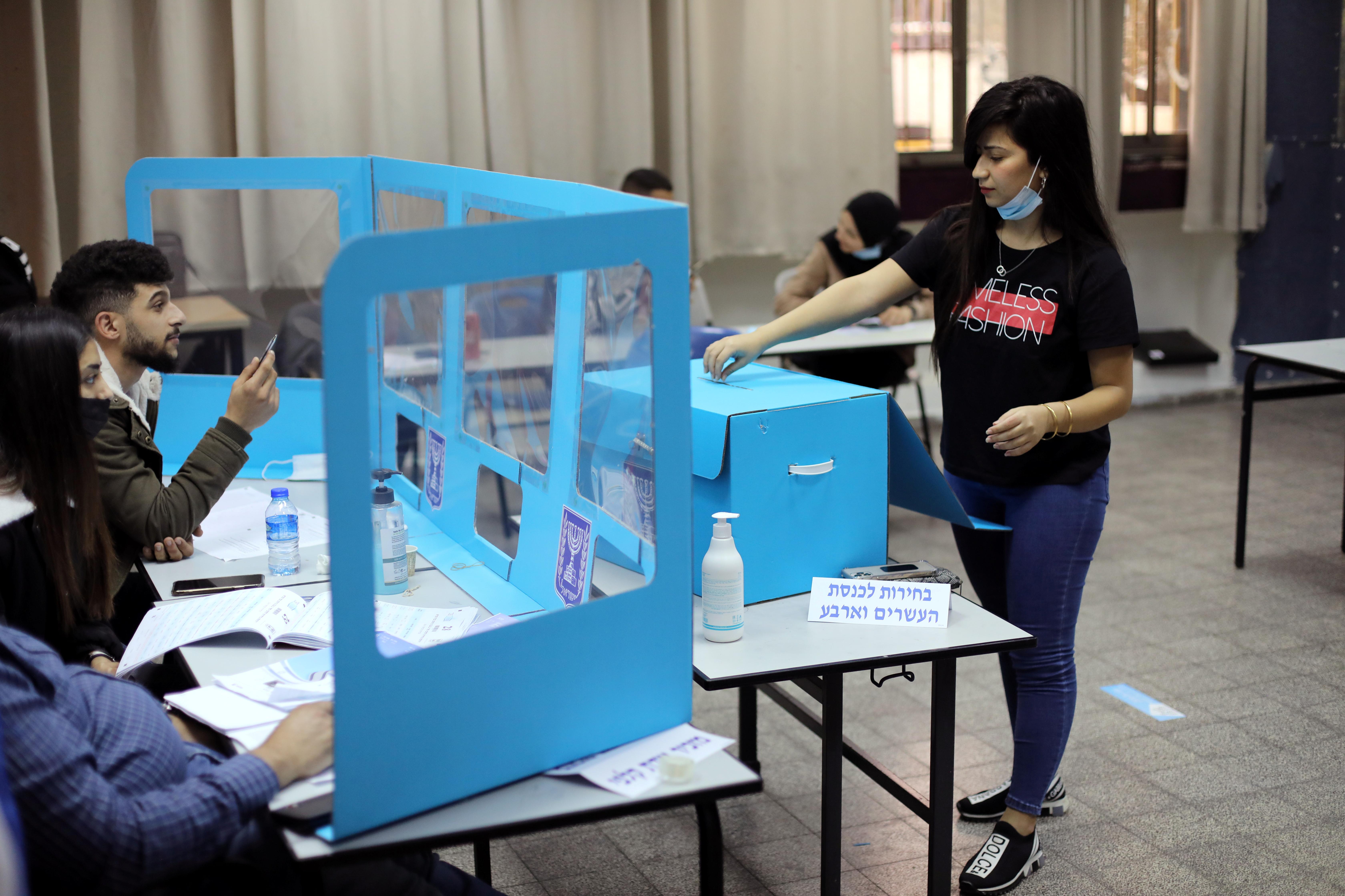 Una mujer vota hoy, en Kafr Manda (Israel).