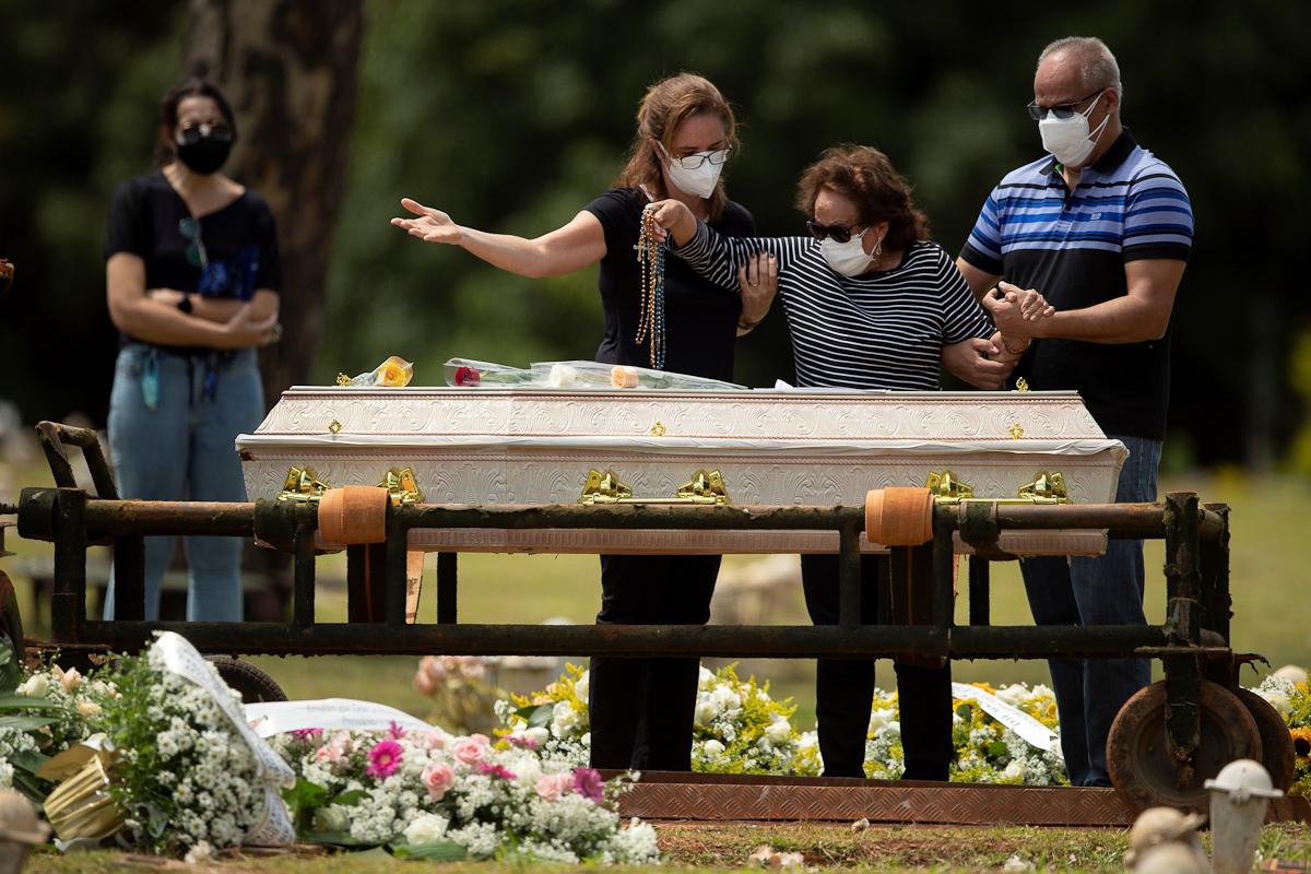 Una familia durante un entierro el martes en Brasilia.