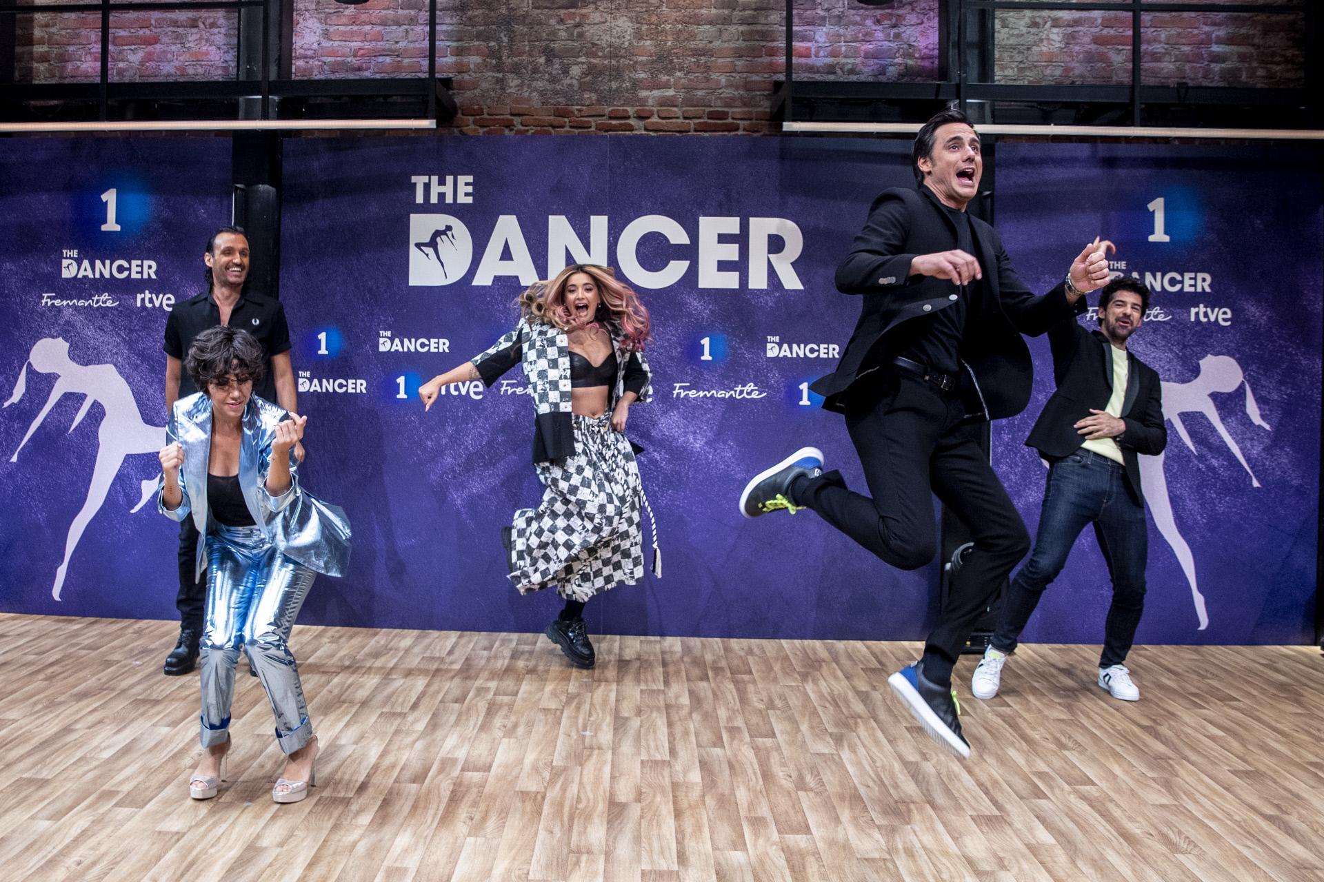 Lola Índigo, en el centro de la imagen, con el resto del equipo de The Dancer.