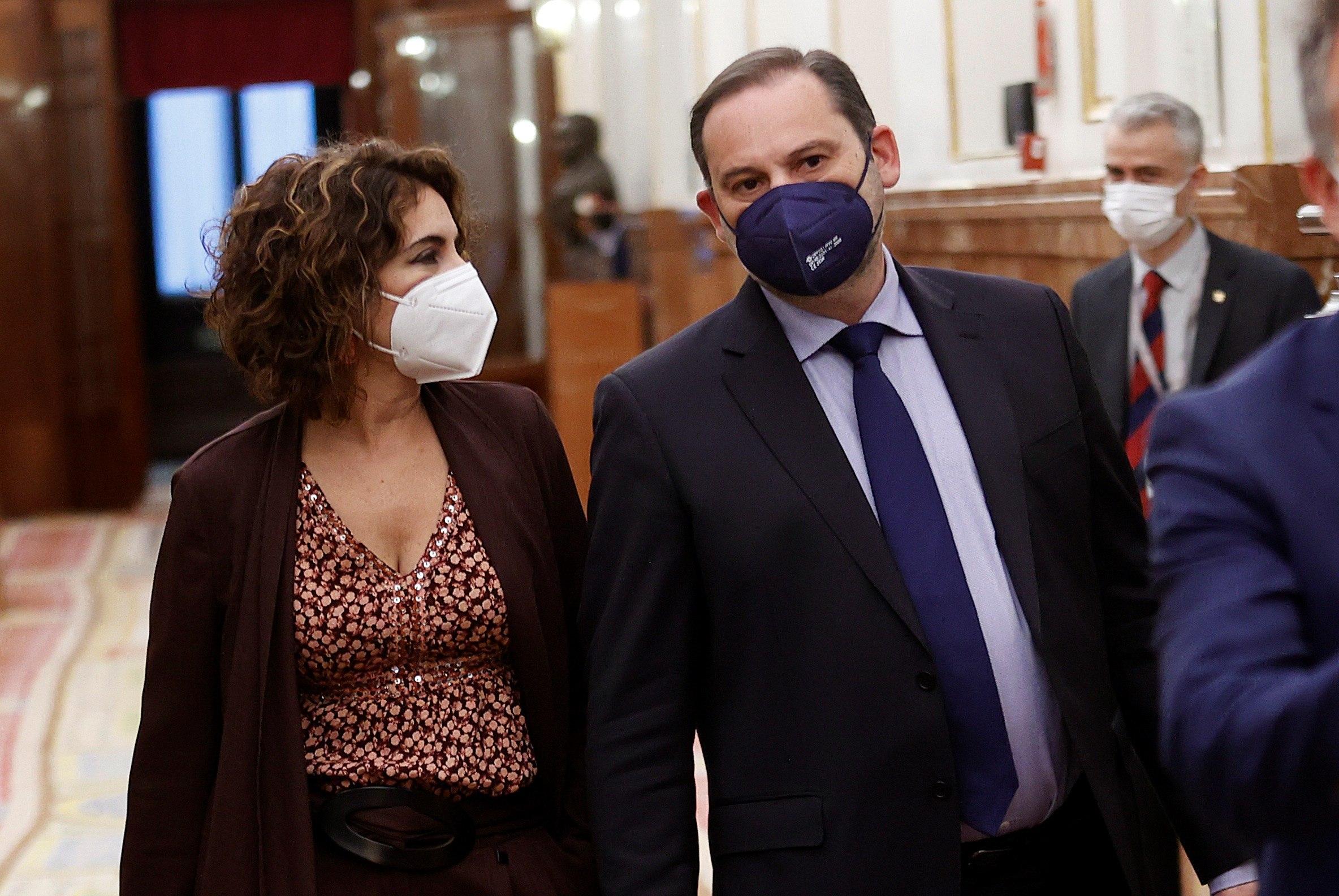 La ministra de Hacienda, María Jesús Montero, y el ministro de Transportes, José Luis Ábalos, este miércoles en el Congreso de los Diputados