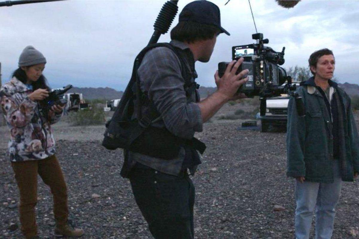 Chloé Zhao (izquierda), durante el rodaje.