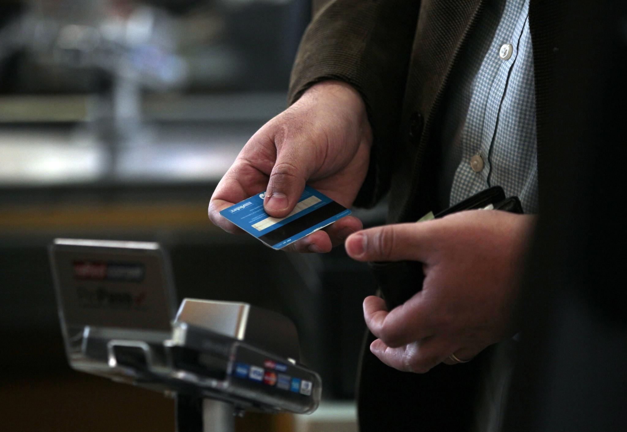 Los bancos apuestan por las tarjetas 'revolving' pese a la crisis: frenan la bajada de precios y suben las comisiones