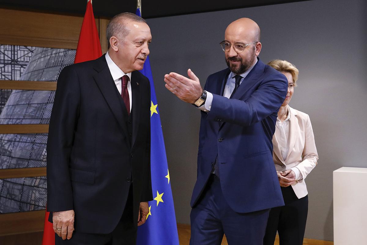 A la izquierda, el presidente turco, Tayyip Erdogan, a la derecha, Charles Michel, presidente del Consejo Europeo.