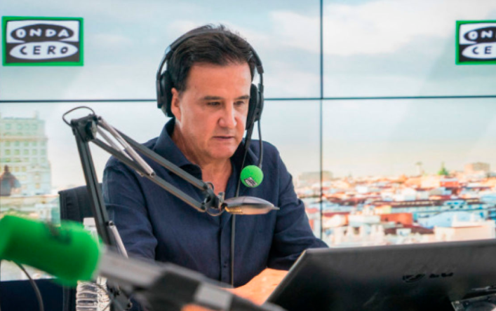 José Ramón de la Morena en el estudio de radio.