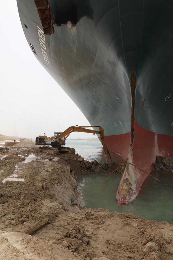 Una grúa trabaja en la operación para desencallar el buque Ever Given.