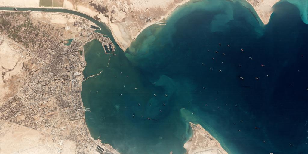 Imagen por satélite que muestra a decenas de buques esperando en el Canal de Suez a proseguir la navegación.