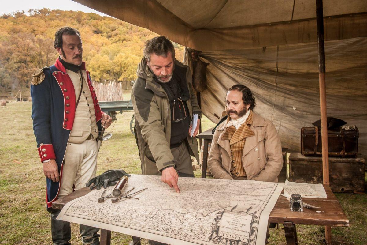 Enrique Urbizu (centro) en un momento del rodaje de la serie (y la película).