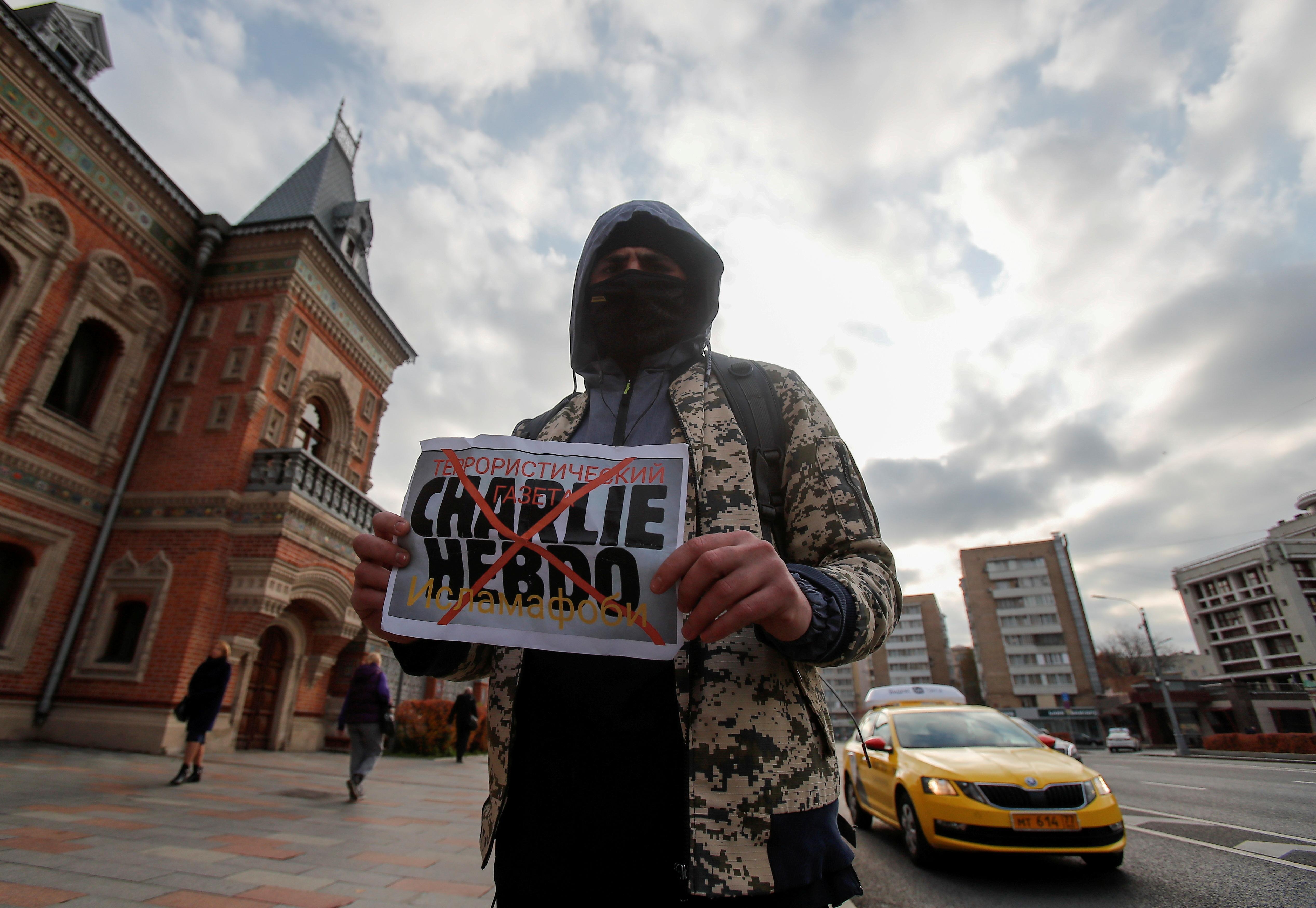 Pancarta en contra de la revista satírica Charlie Hebdo, en Moscú, el año pasado.