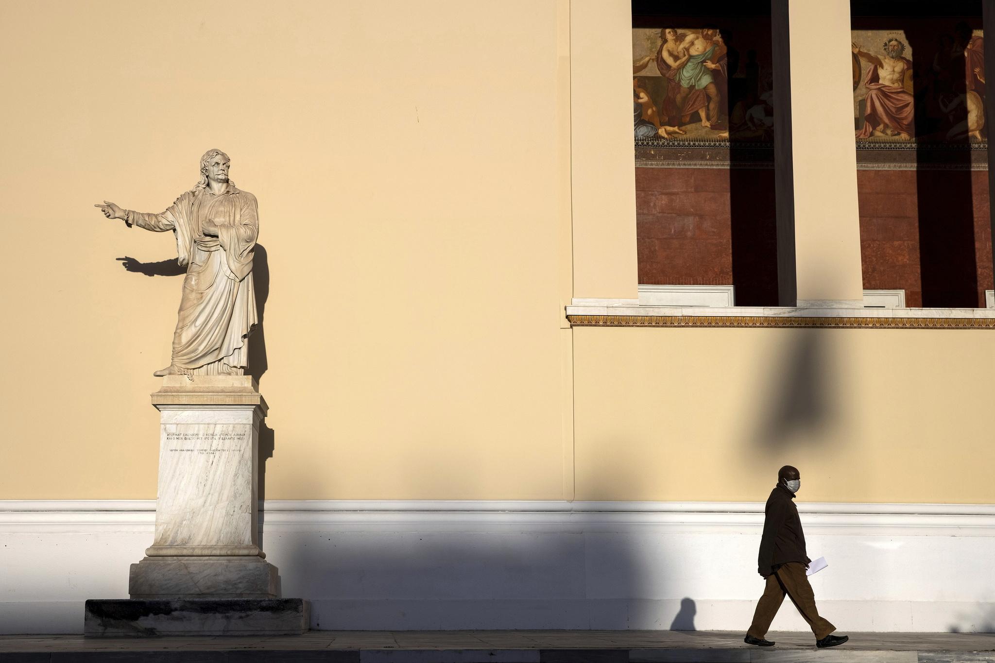 Un hombre de la Universidad de Atenas.