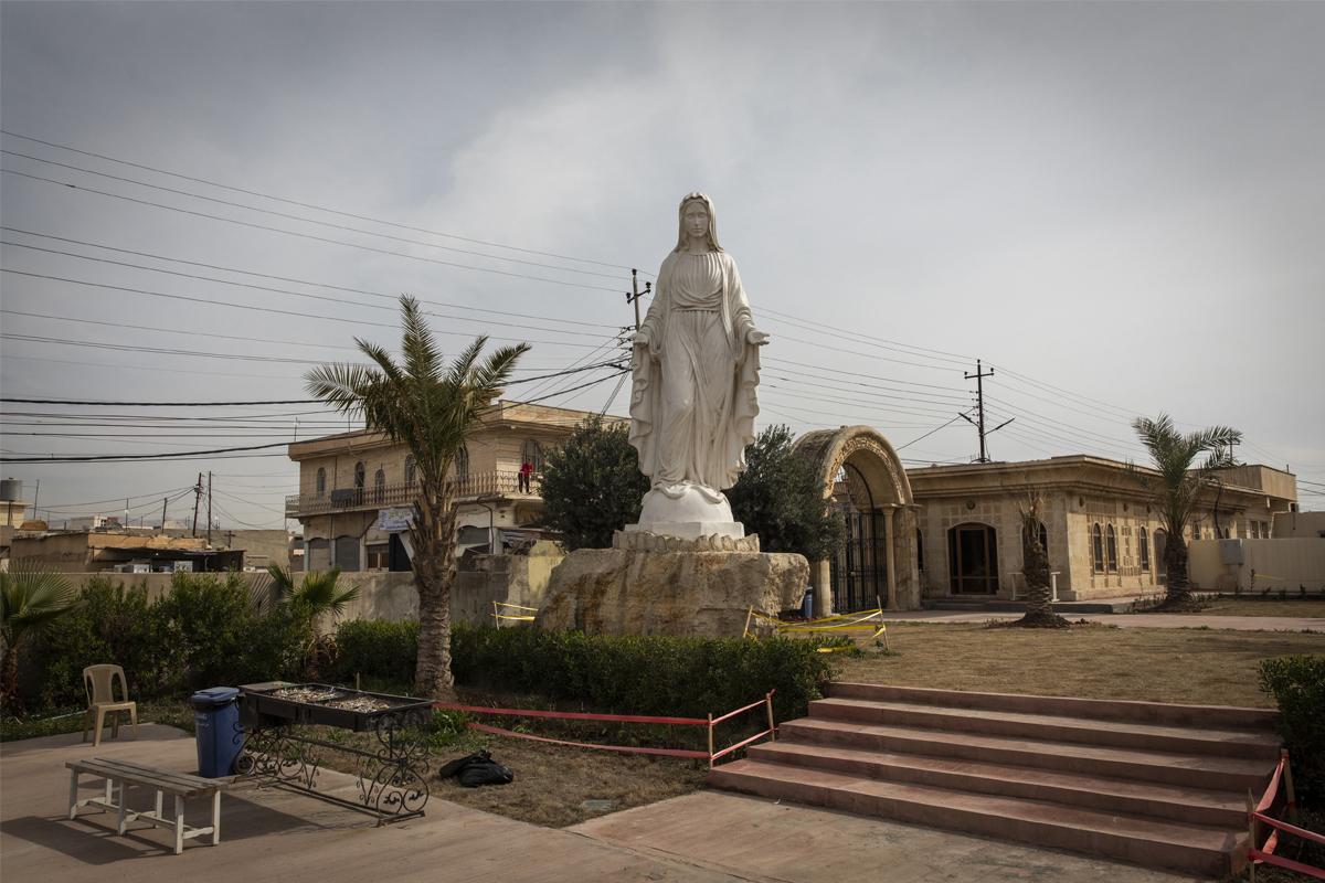 La estatua de la virgen María en la iglesia de San Jorge, en Bartella, Irak.