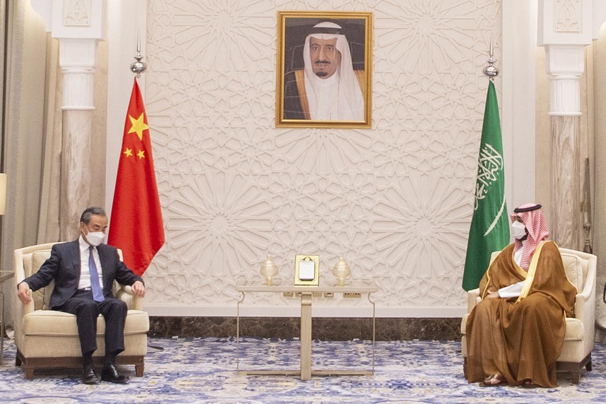 Mohamed bin Salman junto al ministro de Exteriores chino, Wang Yi.