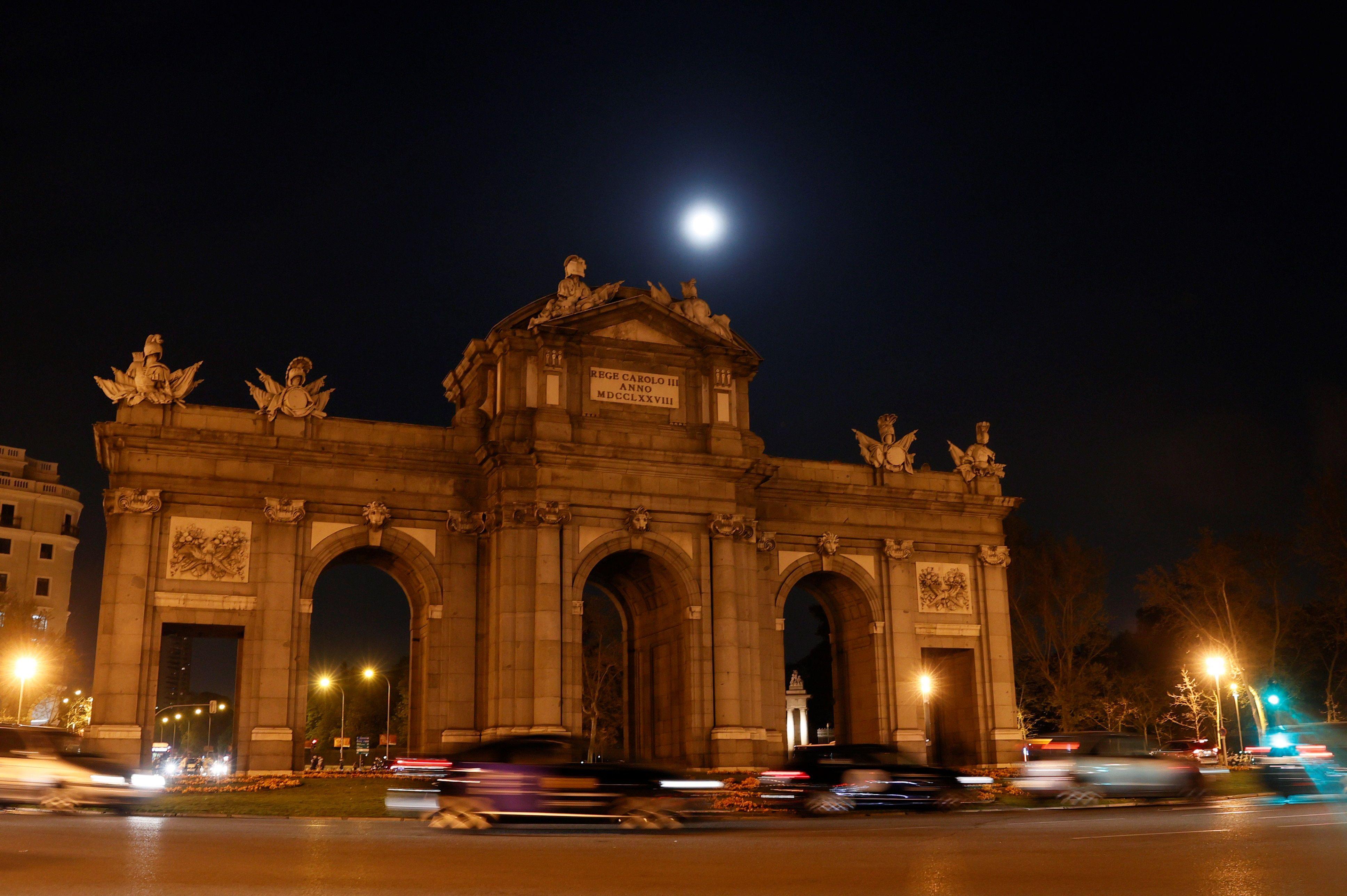 La Puerta de Alcalá, esta noche, apagada.