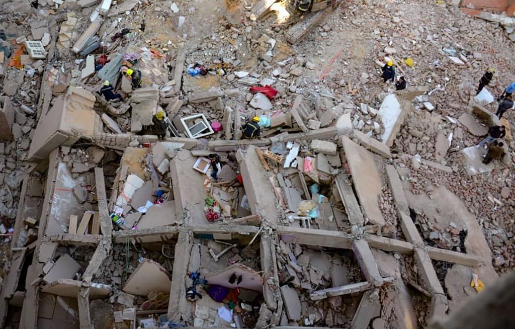 Los servicios de rescate buscan supervivientes entre los escombros del edificio derrumbado en El Cairo.