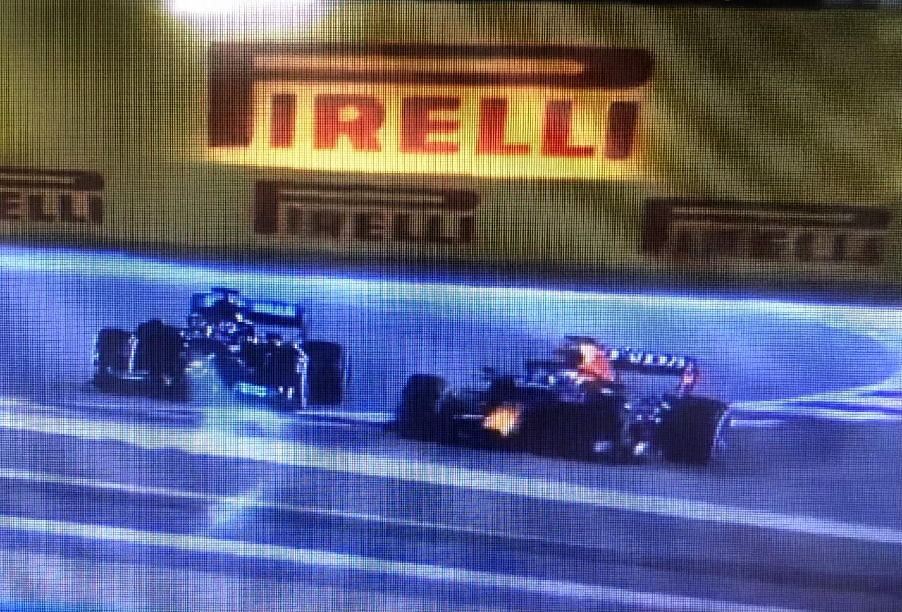 Verstappen, fuera del trazado, en la acción con Hamilton.