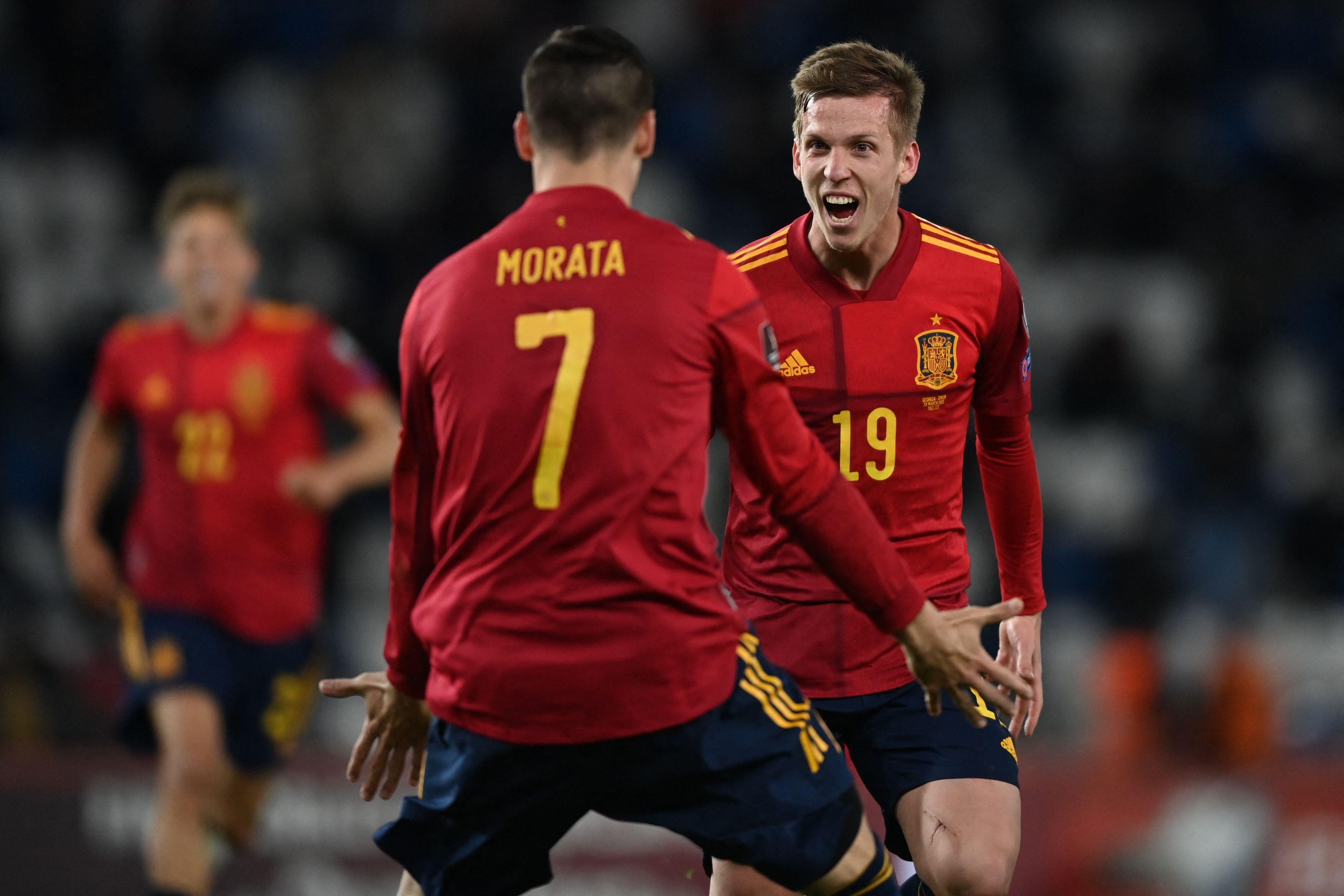Dani Olmo celebra su gol con Morata.