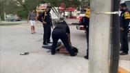 La mujer tendida en el suelo, presuntamente agredida por Captura de vídeipolicías, en Tulum, en México.