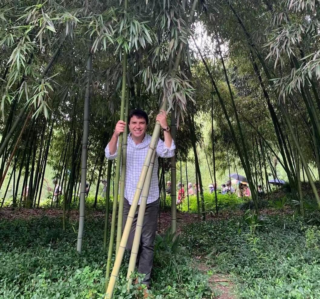 Borja de la Peña posa junto a varias plantas de bambú.