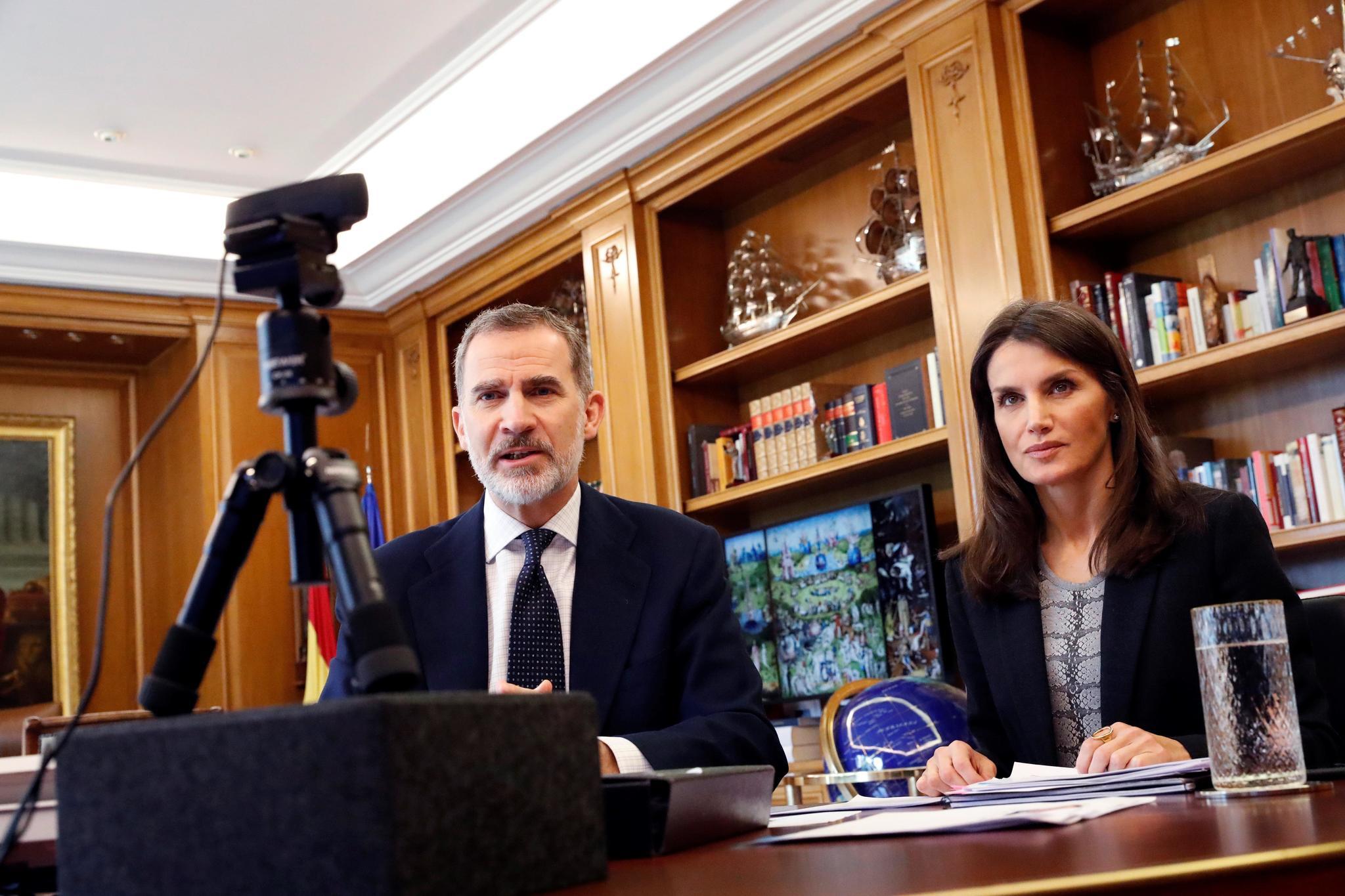 Don Felipe y Doña Letizia durante una videoconferencia