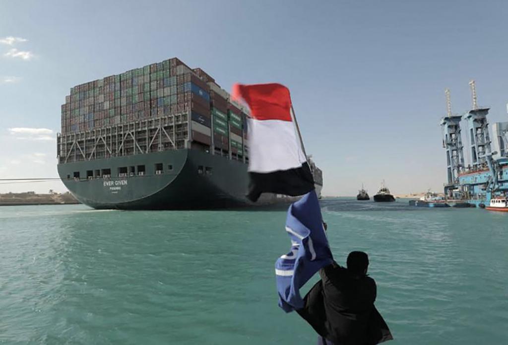 Un hombre celebra la liberación del Ever Given en el Canal de Suez.